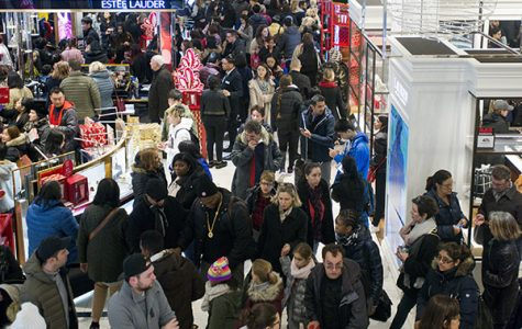 BUSY BEES. Massive crowds are found in shopping malls on Black Friday. Although online shopping is becoming increasingly popular, in-store shopping still brings in large profits.