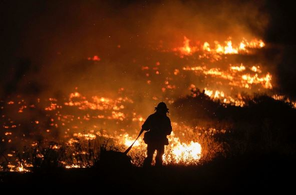 """IN FLAMES. Fires continue to blaze in California, now concentrated in the southern half. One of the fires, the Thomas Fire, burned an area of 130,000 acres, spreading over 31,000 acres in nine hourse on its first day; according to CNN, at this rate, it would have consumed New York's Central Park in merely14 minutes. It ranks as the 19th most destructive fire in California. """"There's nothing left of our home,"""" said a woman who came back to her home after the Thomas Fire passed."""