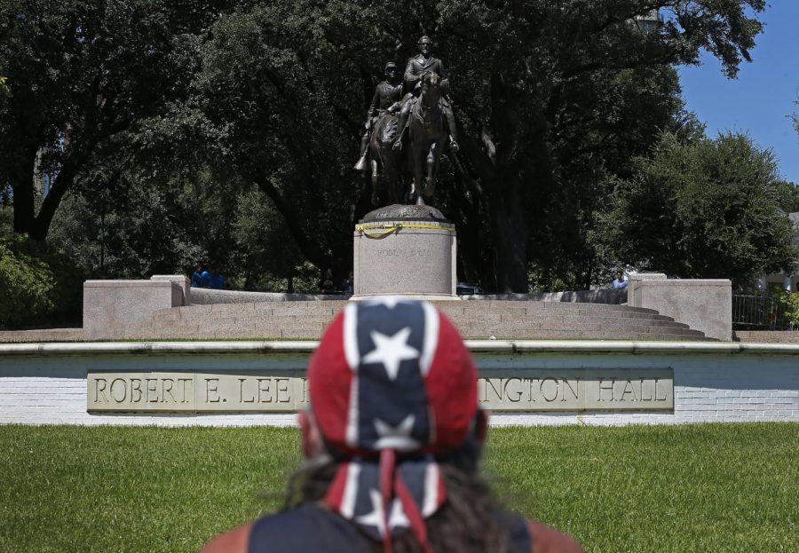 Johnny Carpenter looks at the statue of Robert E. Lee at Robert E. Lee Park in Dallas on Thursday, Sept. 7, 2017. (Jae S. Lee/Dallas Morning News/TNS)