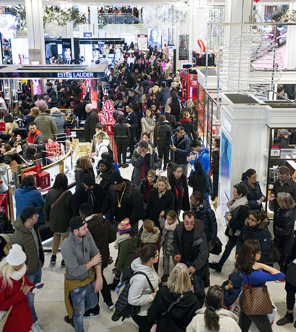 BUSY+BEES.+Massive+crowds+are+found+in+shopping+malls+on+Black+Friday.+Although+online+shopping+is+becoming+increasingly+popular%2C+in-store+shopping+still+brings+in+large+profits.